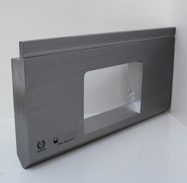 Punzón especial con ventana central
