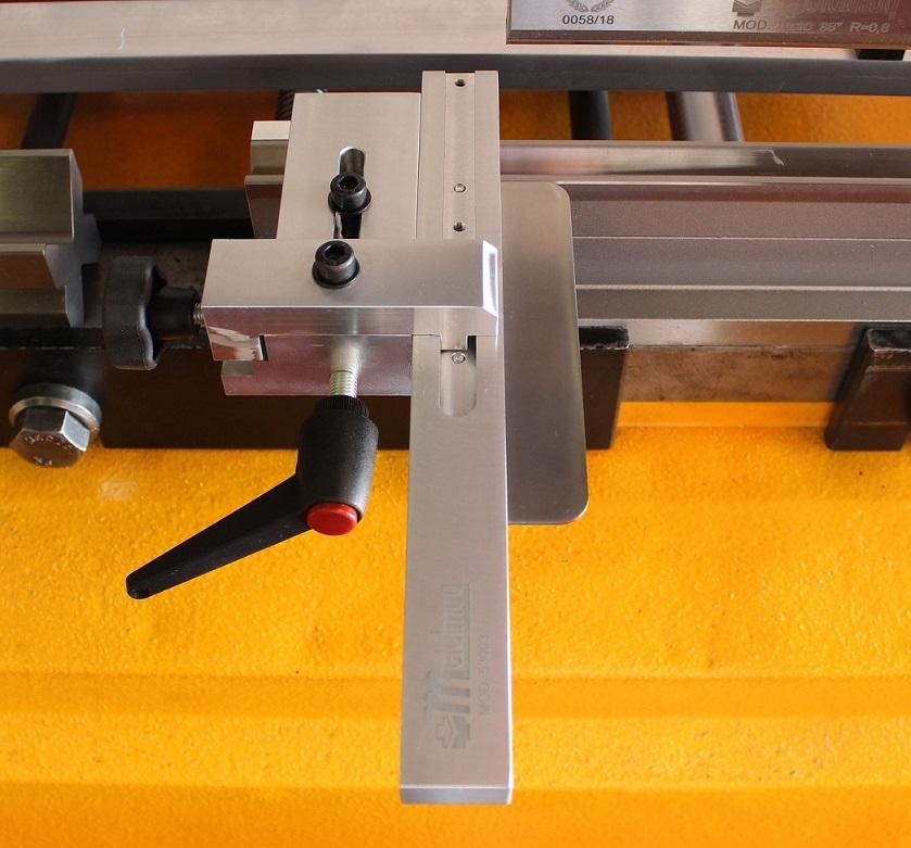 Escuadra manual 53003, instalada en matriz de plegadora