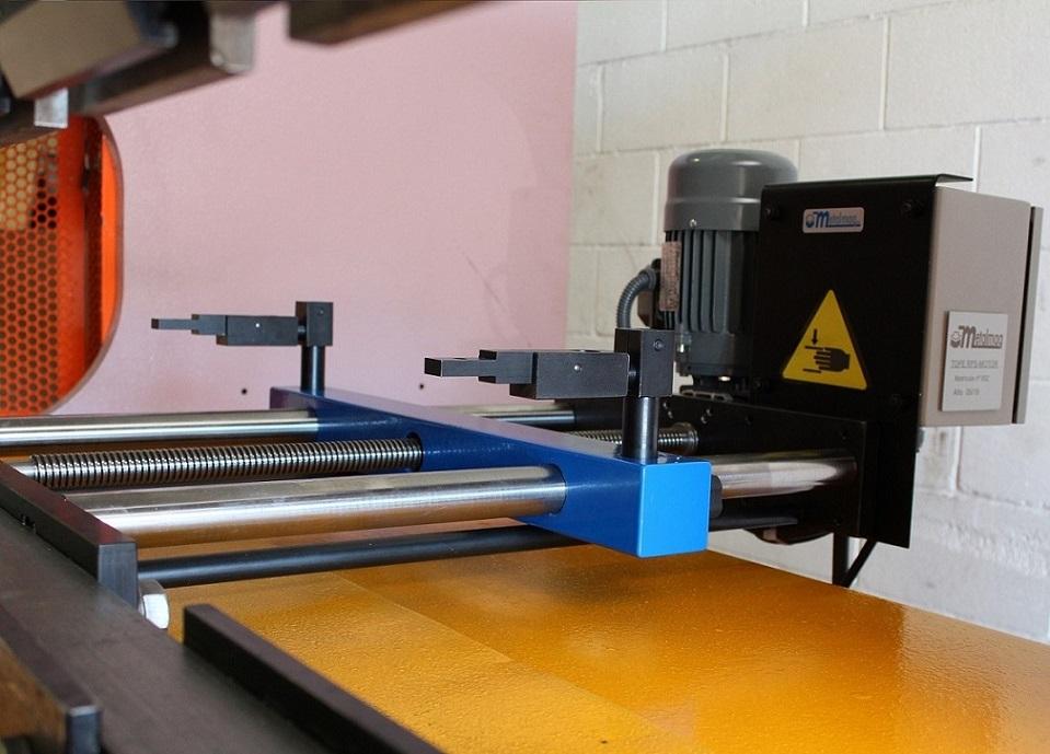 Tope Trasero Eléctrico RPS-500/MOTOR instalado en plegadora Mebusa