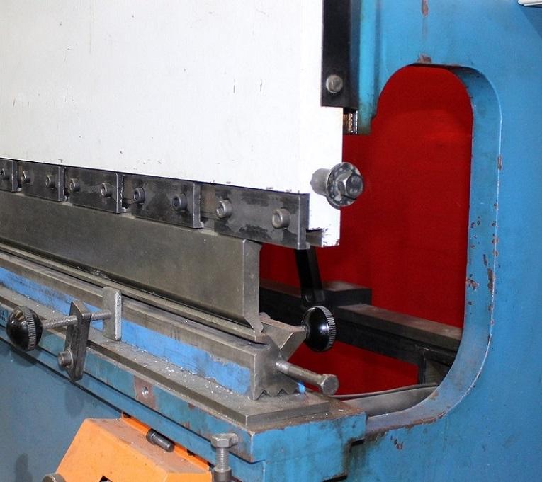 Vista lateral de una plegadora de chapa CERVERA